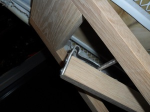 Leg locking bracket
