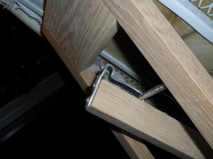 Leg locking bracket