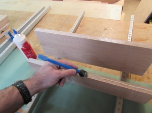 Applying glue to both edges